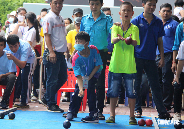Youths with disabilities compete in boccia in a sports tournament held on April 18, 2021 in Tan Binh Sports Center in Tan Binh District, Ho Chi Minh City. Photo: Cong Trieu / Tuoi Tre