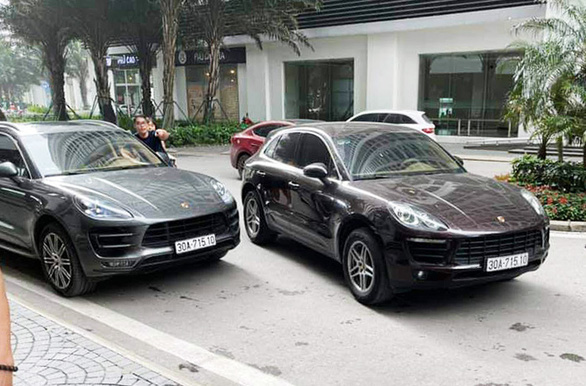 2 Porsche Macan cars carrying identical license plates cross paths in Hanoi