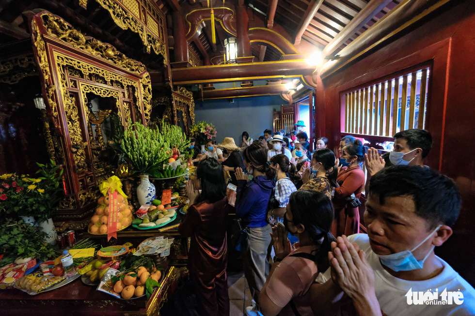 Worshippers burn incense sticks and make spiritual offerings at the Hung Kings temple in Phu Tho Province, Vietnam, April 20, 2021. Photo: Nam Tran / Tuoi Tre