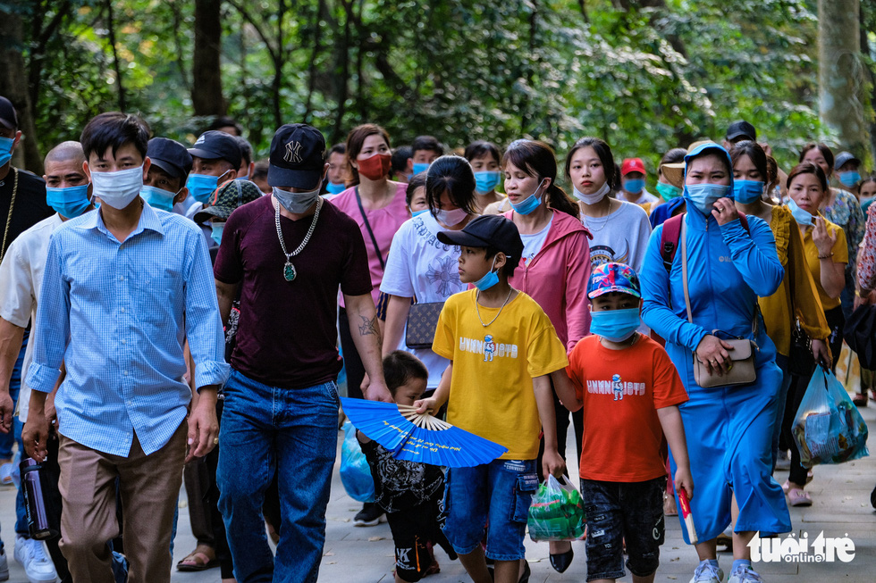 Vietnamese flock to festival, shrug off outbreak risk