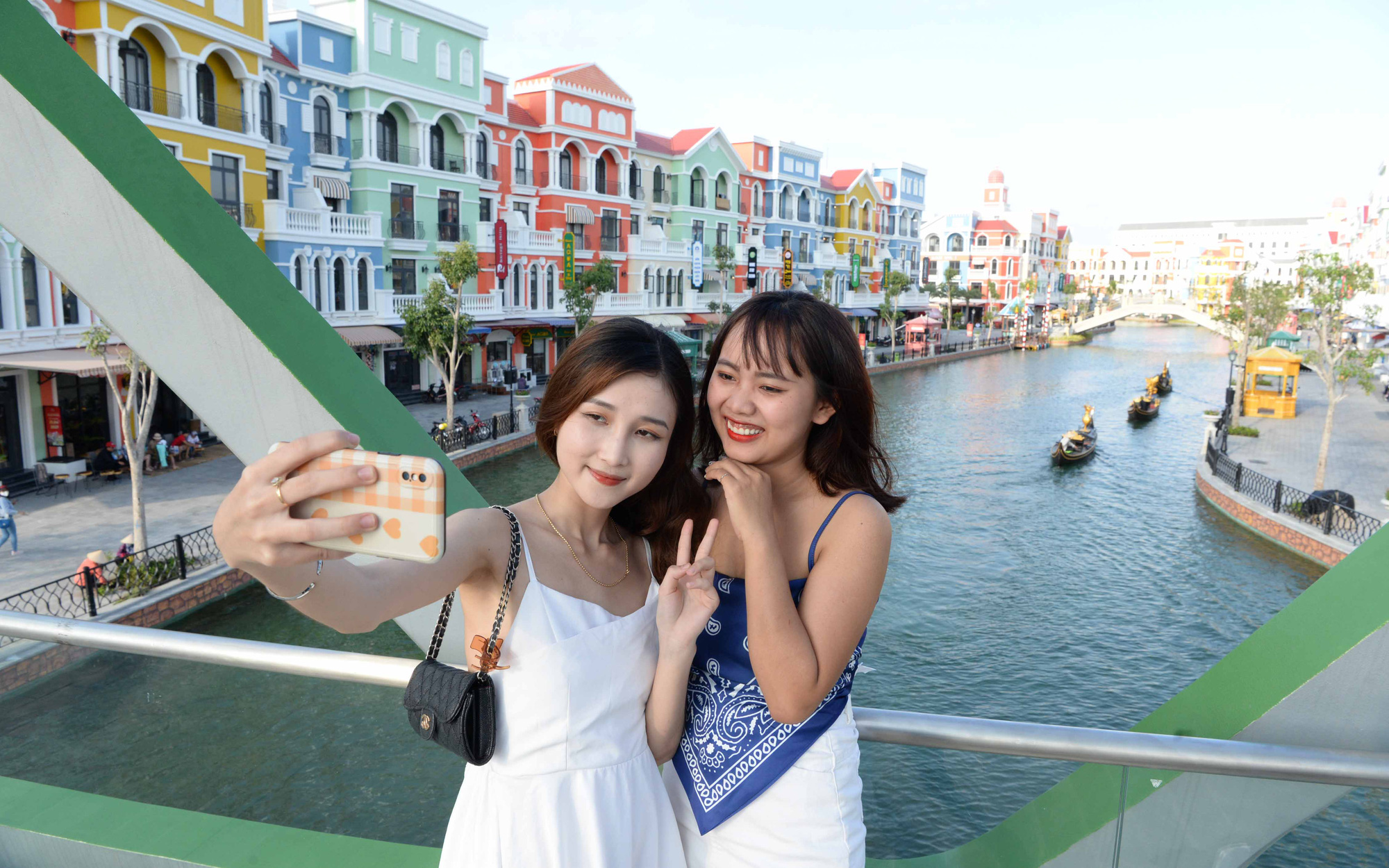 Women pose for a selfie at Phu Quoc United Center in Phu Quoc Island, Kien Giang Province, Vietnam. Photo: T.T.D. / Tuoi Tre