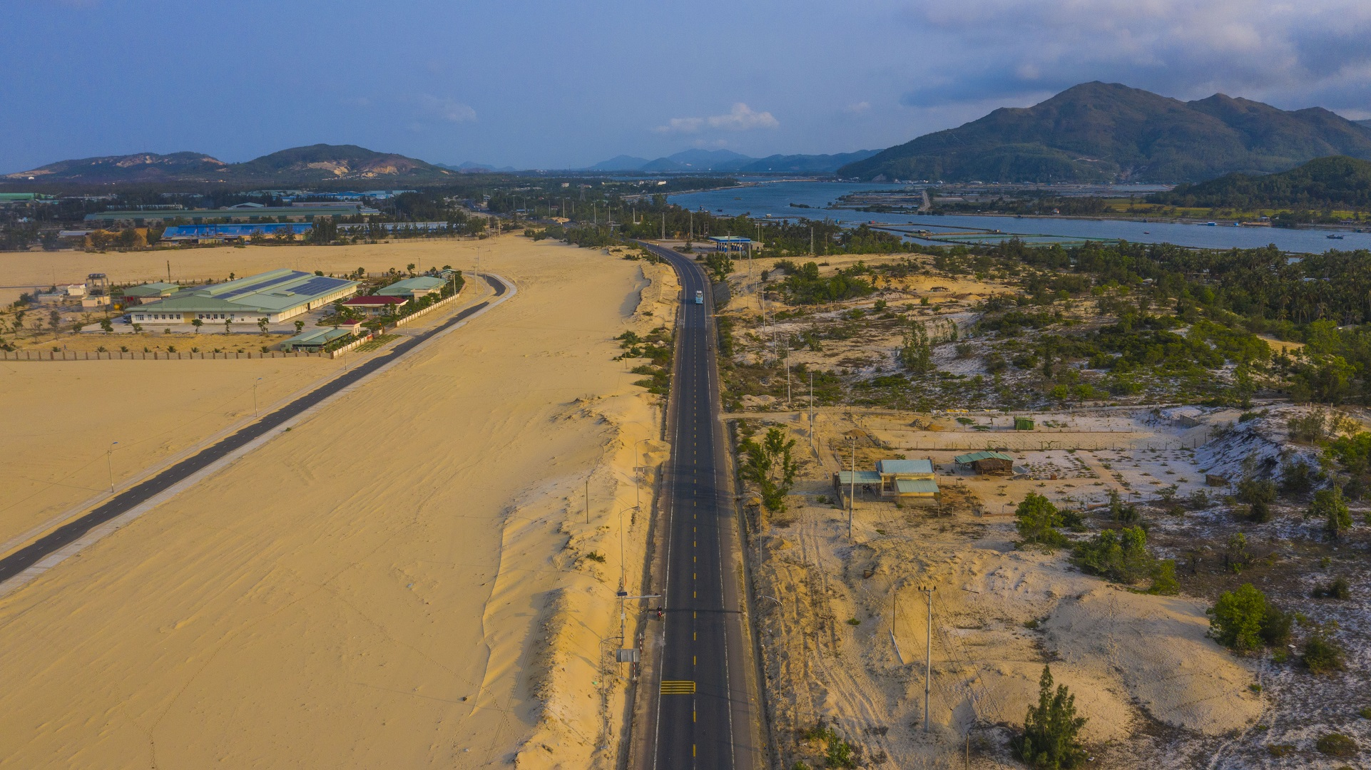 A coastal road through a desert in the central province of Phu Yen's Song Cau Town. Photo: Quang Dinh / Tuoi Tre News