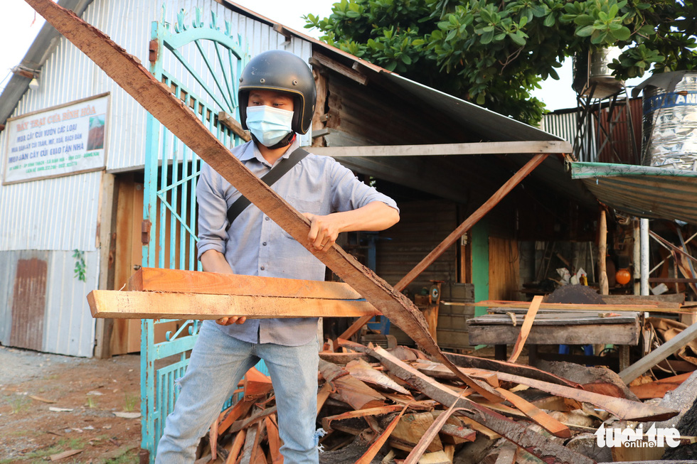Tran Minh Tan brought back wood pieces he solicited from a carpenter's workshop. Photo: Hoang An / Tuoi Tre