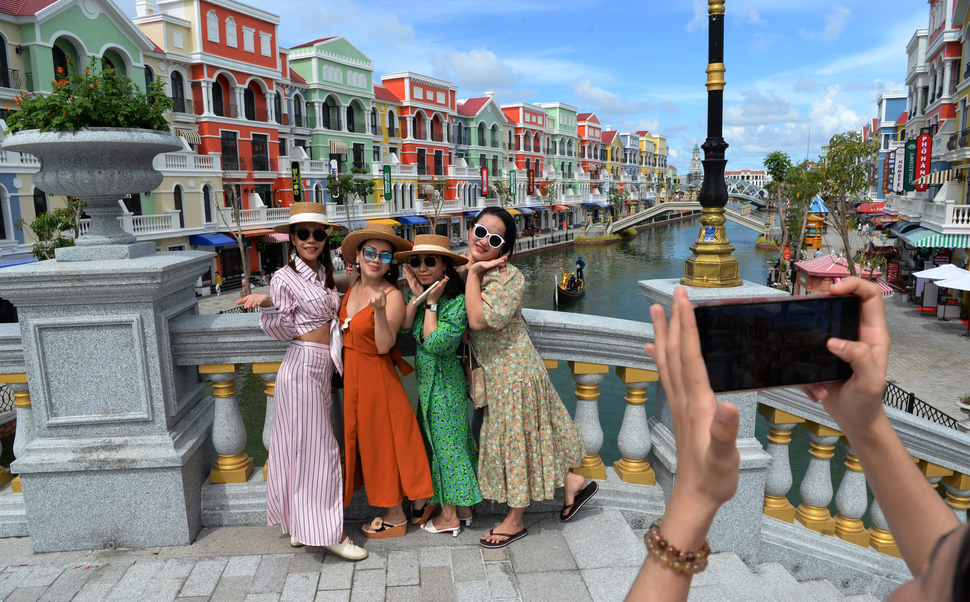 Visitors come in droves to Vietnam's first-ever 'sleepless city'