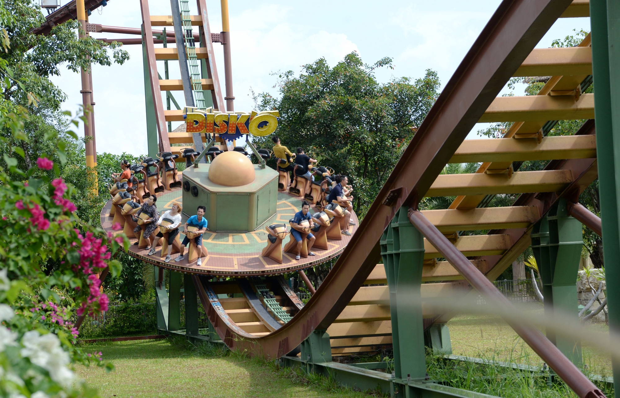 Visitors enjoy a thrill ride at VinWonders on Phu Quoc Island, Kien Giang Province, Vietnam, April 20, 2021. Photo: T.T.D. / Tuoi Tre