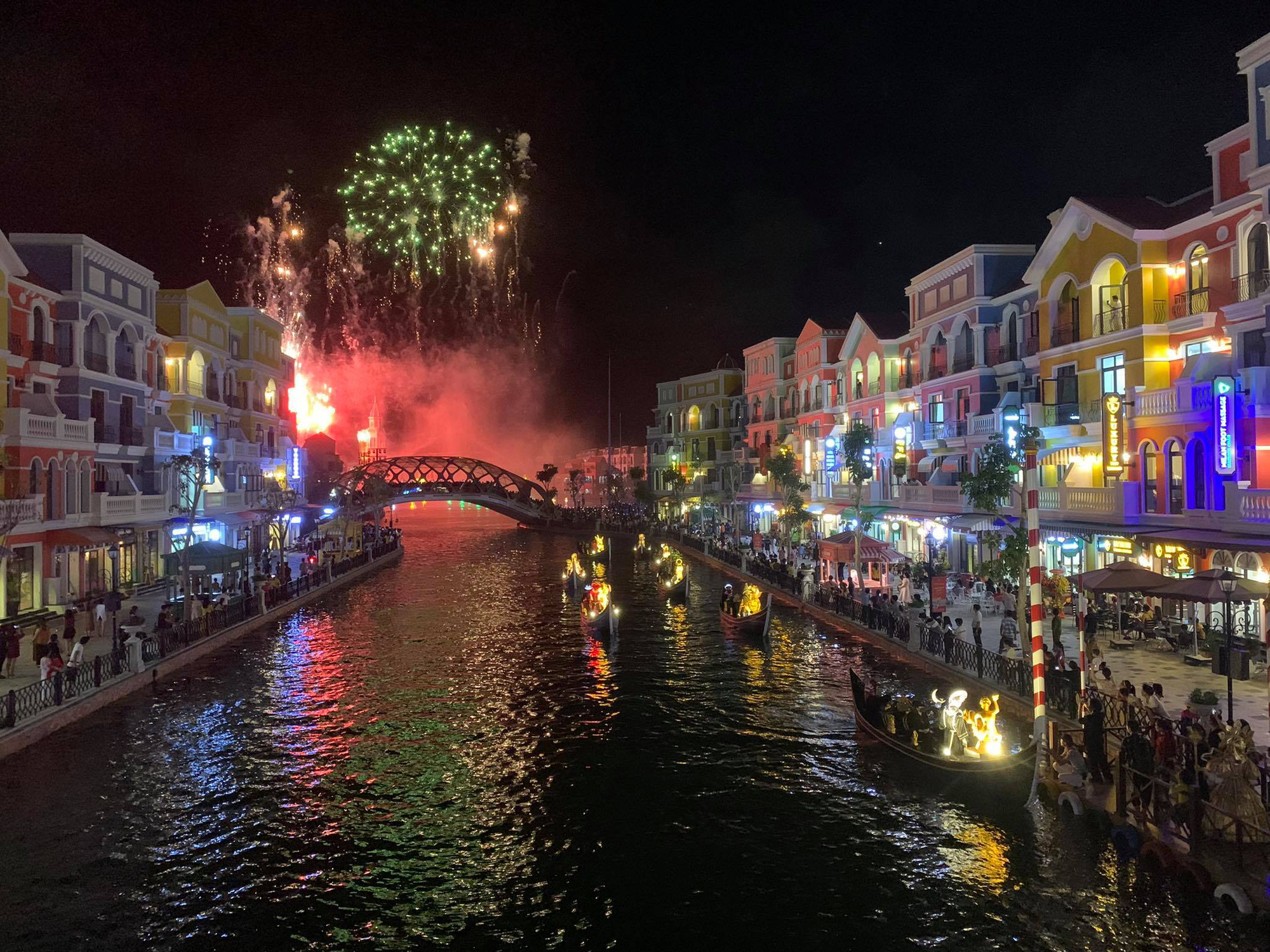 A firework performance at the Venice's Grand Canal at Phu Quoc United Center. Photo: T.T.D. / Tuoi Tre