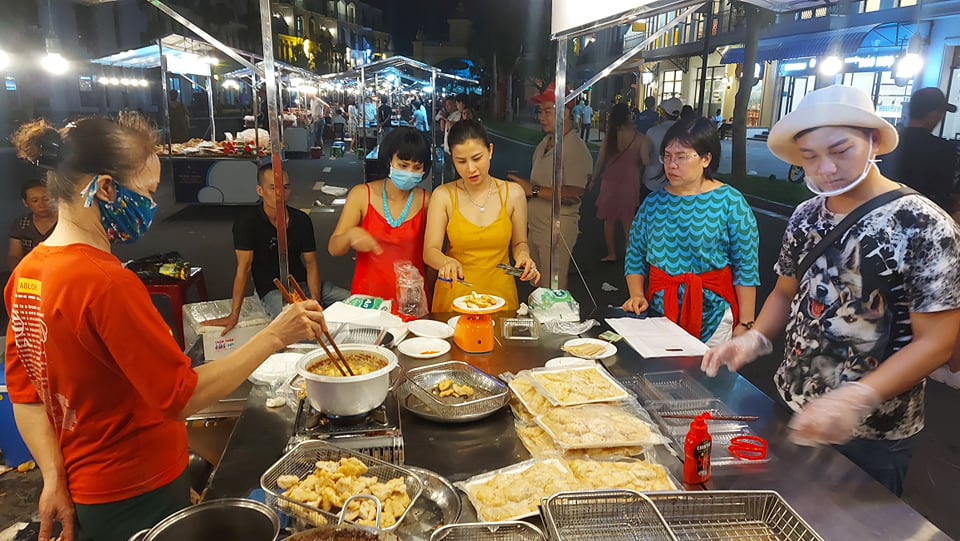 A food stall within the Grand World Phu Quoc Pedestrian Street - Night Market. Photo: Chi Cong / Tuoi Tre