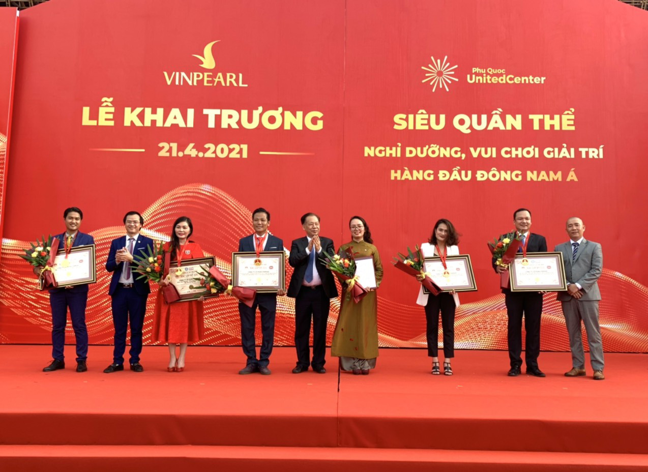 Representatives of Phu Quoc United Center receive five national records from the Vietnam Record Association on April 21, 2021. Photo: T.T.D. / Tuoi Tre