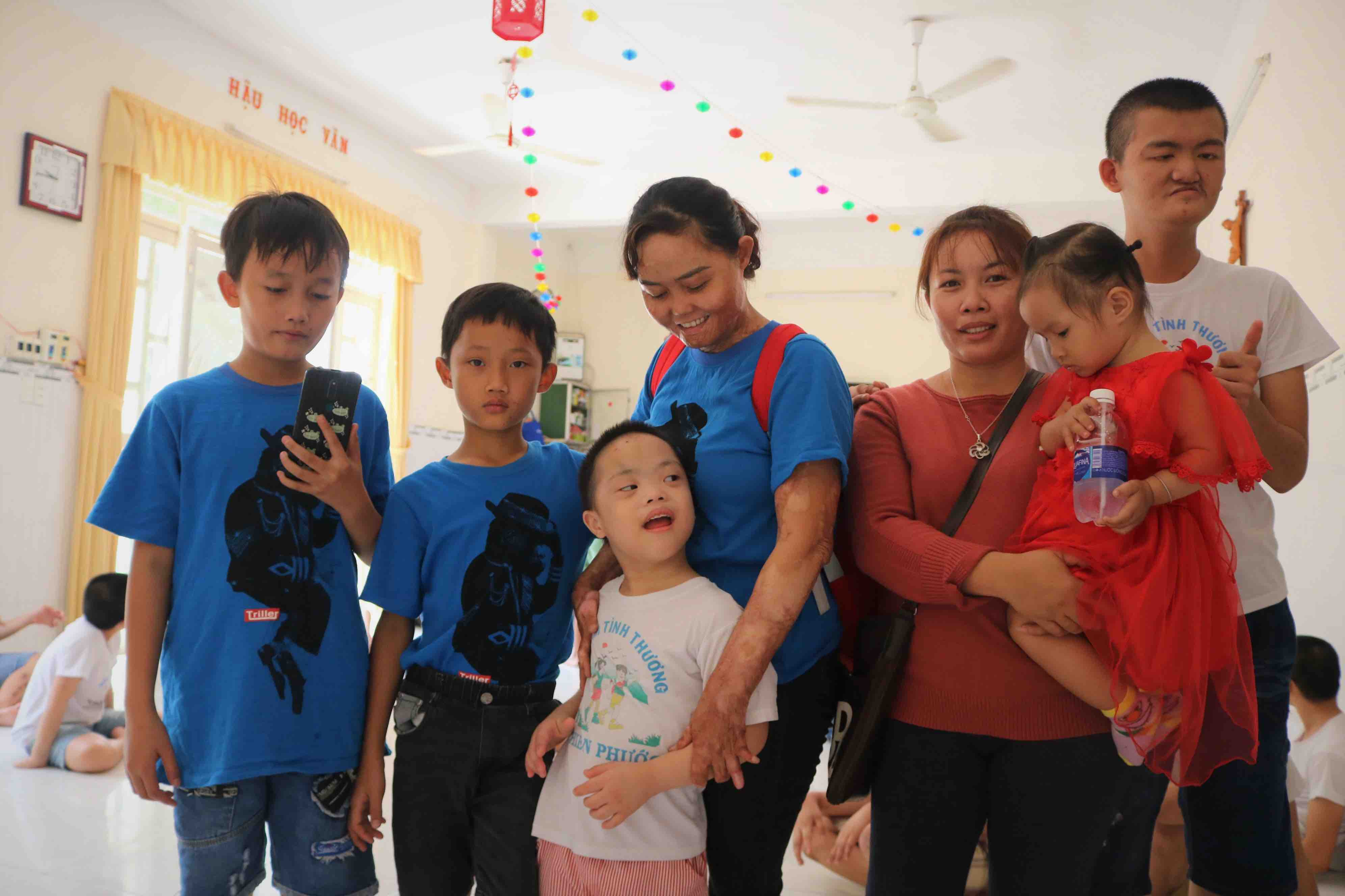 Ngan and her two children visit an orphanage in Cu Chi District, Ho Chi Minh City. Photo: Hoang An / Tuoi Tre