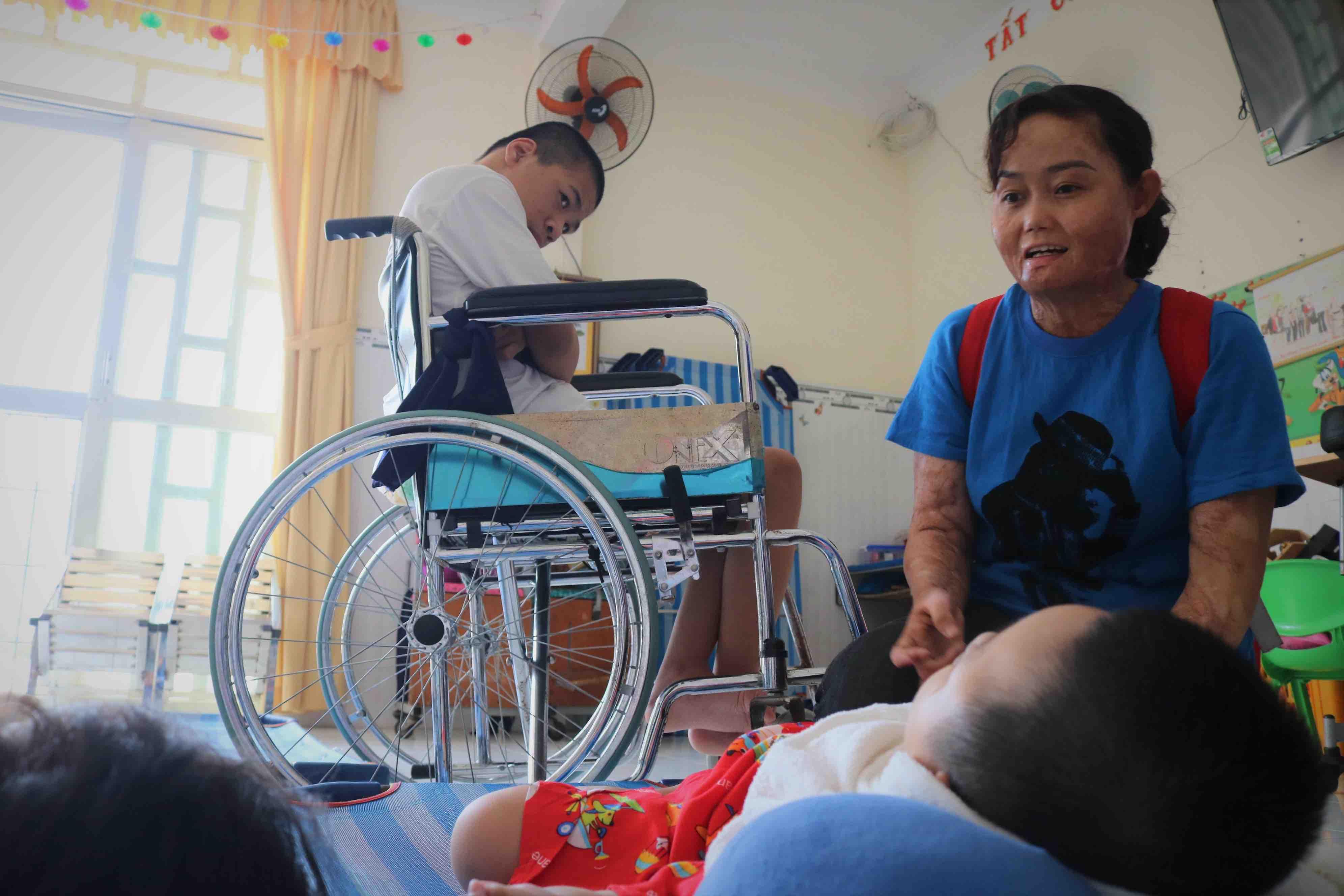 Ngan visits disadvantaged kids at an orphanage in Cu Chi District, Ho Chi Minh City. Photo: Hoang An / Tuoi Tre