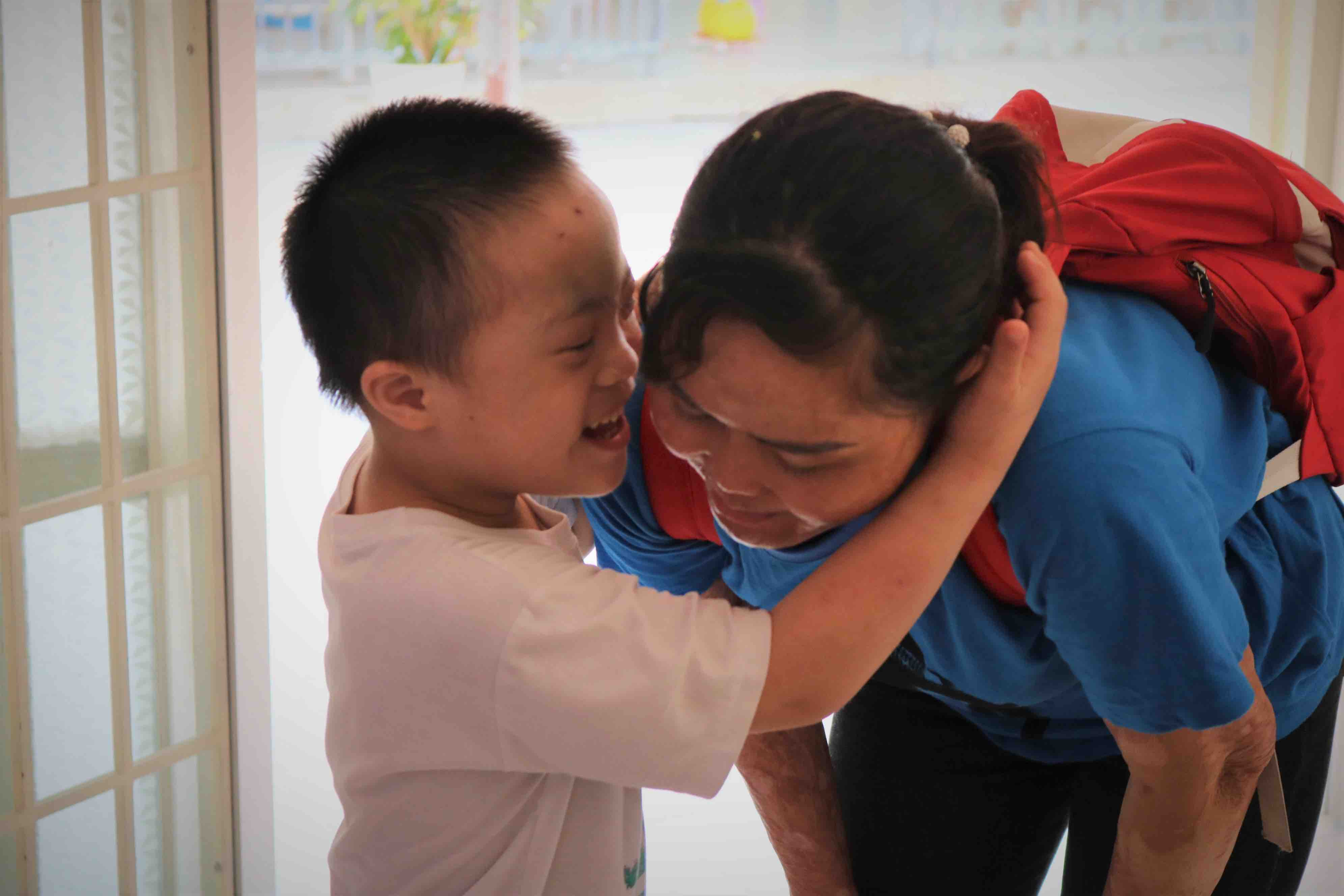 A child is overjoyed to see Ngan visit the orphanage in Cu Chi District, Ho Chi Minh City. Photo: Hoang An / Tuoi Tre