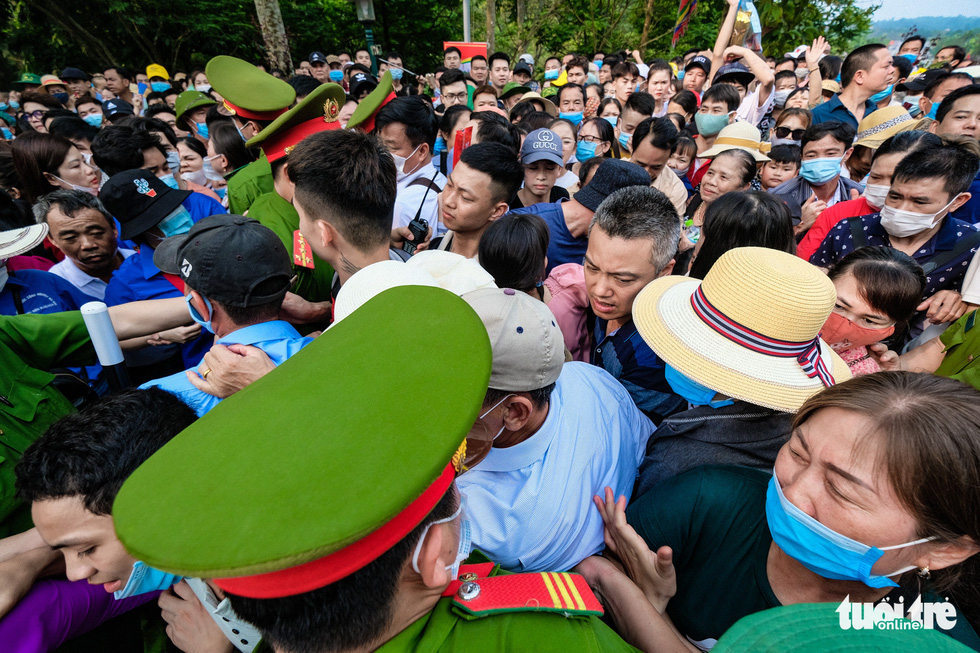 Visitors jostle to enter the Hung King Temple relic site in Phu Tho Province, Vietnam, April 21, 2021. Photo: Nam Tran / Tuoi Tre