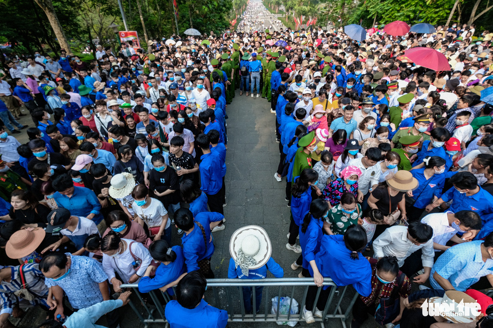 Vietnamese visitors swarm Hung Kings Temple for public holiday