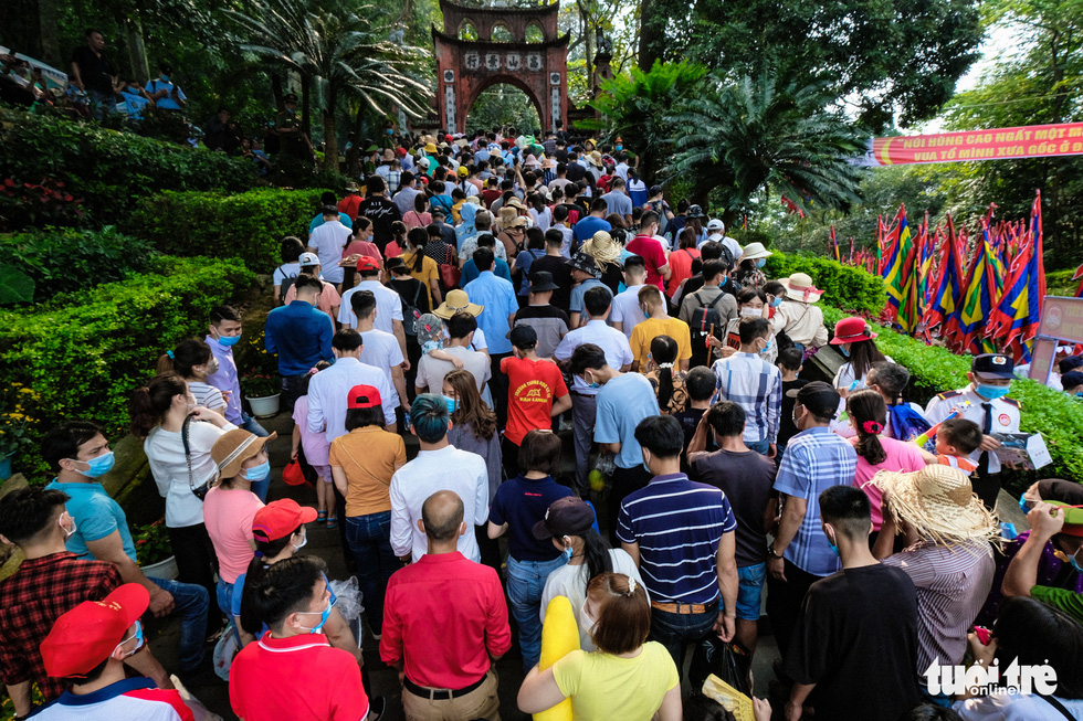 Visitors throng the Hung King Temple relic site in Phu Tho Province, Vietnam, April 21, 2021. Photo: Nam Tran / Tuoi Tre