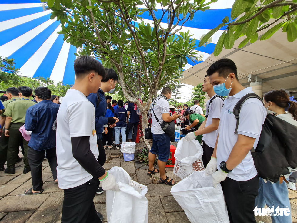 Members of Green Trips Vietnam hold waste collection bags in their hands at Hung Kings Temple in Thu Duc City, Ho Chi Minh City, April 21, 2021. Photo: Tuoi Tre