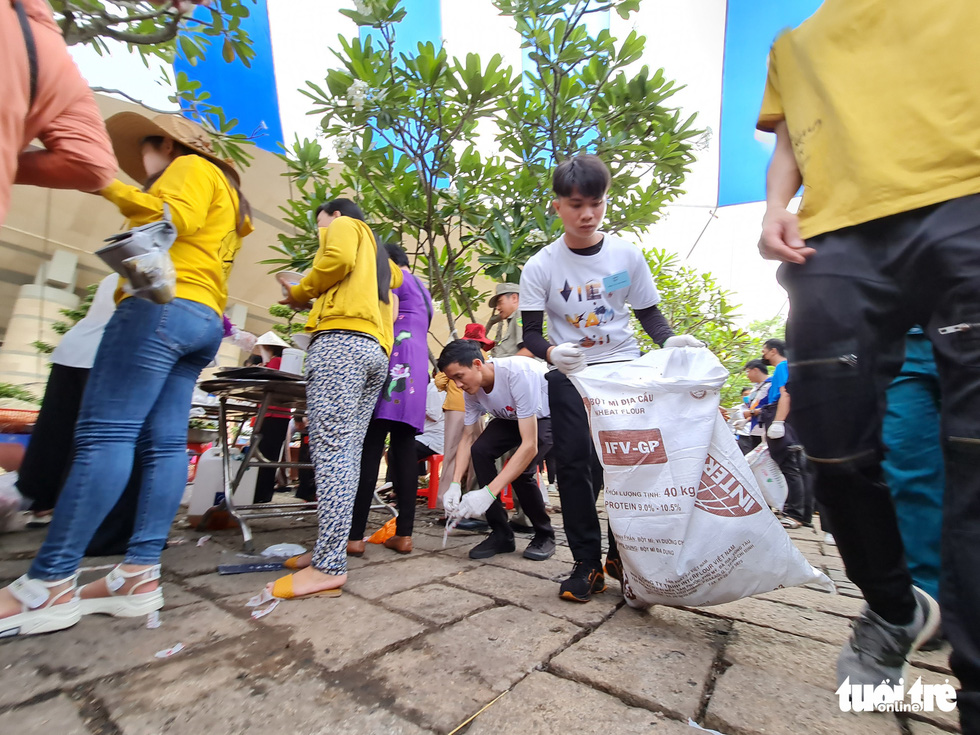 Members of Green Trips Vietnam pick up trash at Hung Kings Temple in Thu Duc City, Ho Chi Minh City, April 21, 2021. Photo: Tuoi Tre