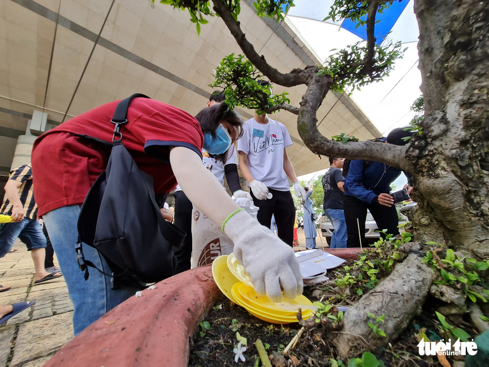 Volunteers collect garbage at Vietnam founding fathers' worshipping event despite negative comments
