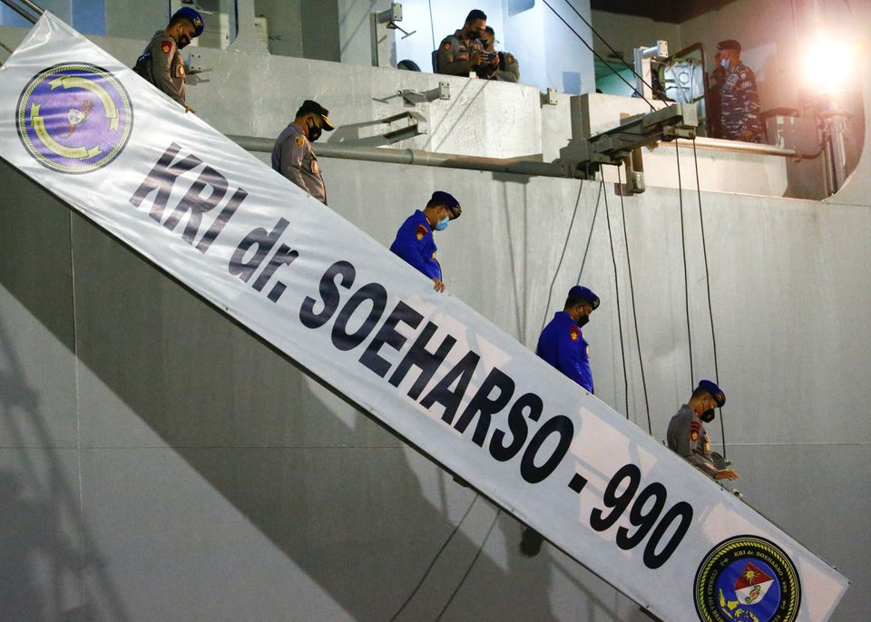 Hope fades for Indonesian missing submarine as U.S assists search