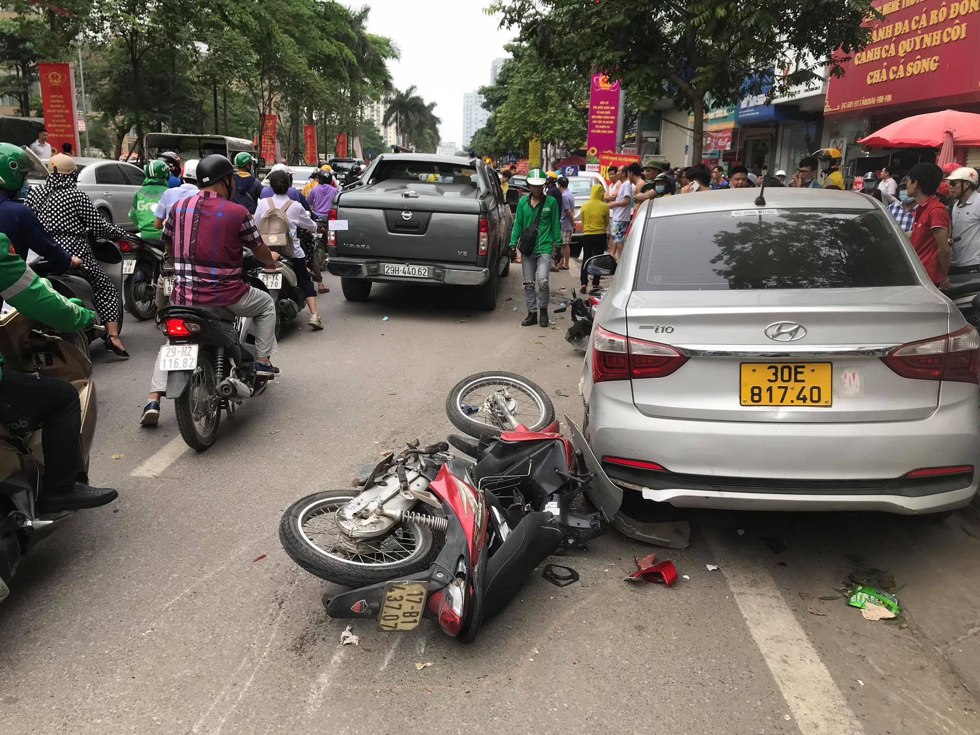 The site of a road crash involving a pickup truck, three cars, and two motorbikes in Hanoi, April 24, 2021. Photo: Trung Khanh / Tuoi Tre