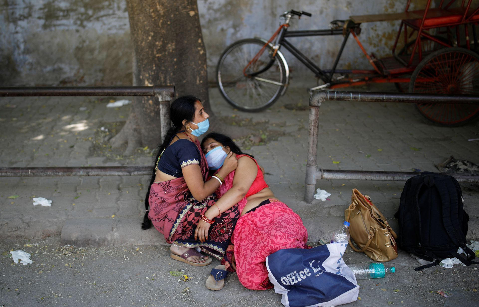 Women mourn the death of a family member, who died from the coronavirus disease (COVID-19), outside a crematorium in New Delhi, India April 24, 2021. Photo: Reuters