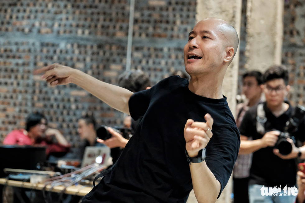 """Conductor Dong Quang Vinh guides the Hanoi Voices Choir in the not-for-profit show """"Vi Mot Ha Noi Dang Song,"""" April 25, 2021. Photo: Mai Thuong / Tuoi Tre"""