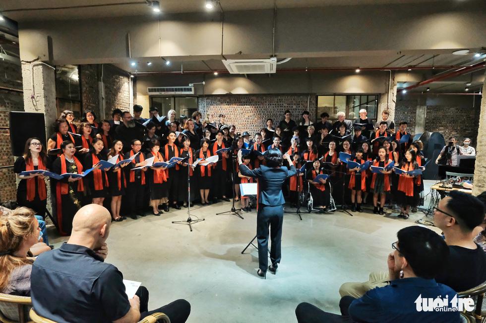 "Diversity Choir performs in the not-for-profit show ""Vi Mot Ha Noi Dang Song,"" April 25, 2021. Photo: Mai Thuong / Tuoi Tre"