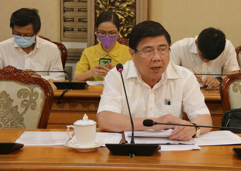 Chairman of the Ho Chi Minh City People's Committee Nguyen Thanh Phong speaks at a meeting on COVID-19 prevention and control, April 26, 2021. Photo: Tien Long / Tuoi Tre