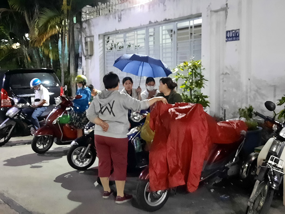 Parents talk while waiting for their children outside a private tutoring center in Ho Chi Minh City, 7:00 pm, April 22. Photo: N.Hung / Tuoi Tre