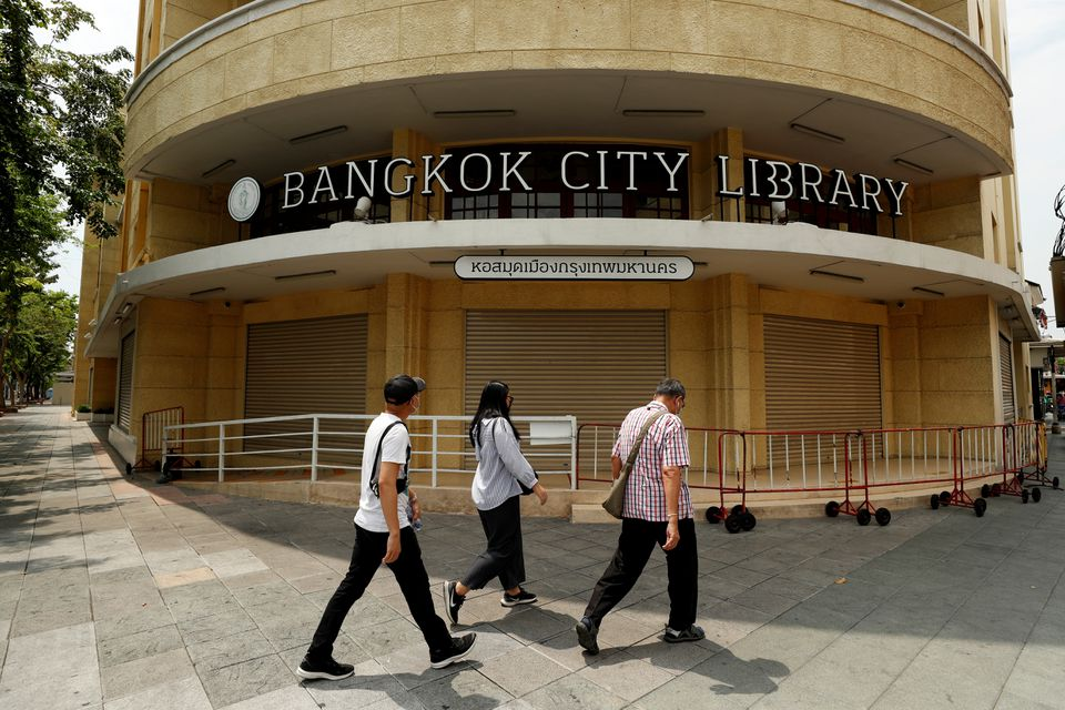People walk past the closed city library as the country struggles with a third wave of infections of the coronavirus disease (COVID-19) outbreak in Bangkok Thailand April 26, 2021. Photo: Reuters