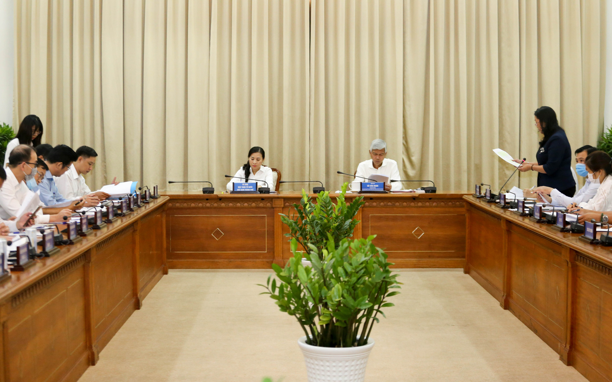 Vice-chairman of the Ho Chi Minh City People's Committee Vo Van Hoan chairs a meeting on noise violations on April 26, 2021. Photo: Thao Le / Tuoi Tre