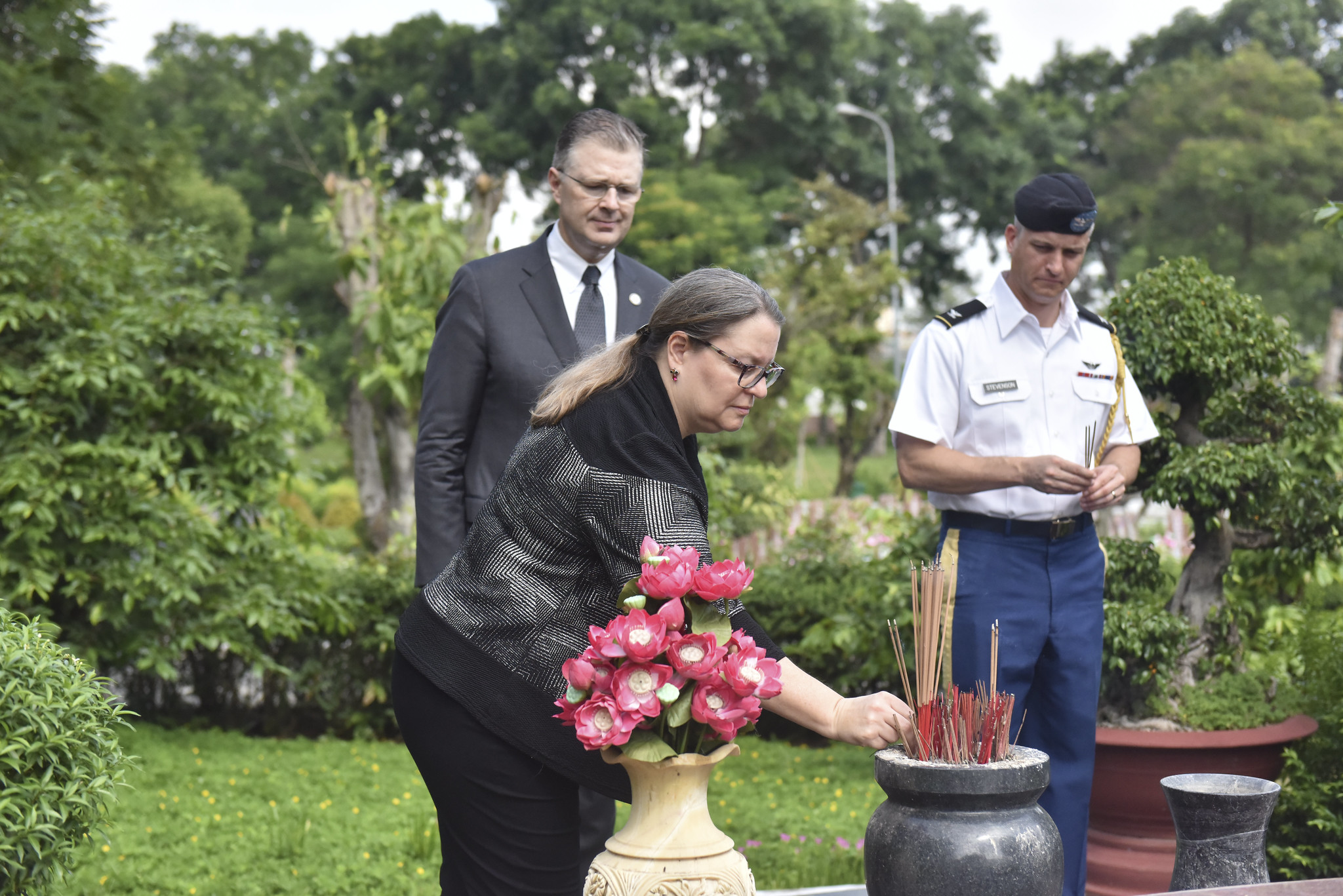 Marie Damour, Ambassador Daniel Kritenbrink, and U.S. Defense Attache Colonel Stevenson pay respects at the Ho Chi Minh City Military Martyrs' Cemetery on June 21, 2020. Photo: U.S. Consulate in Ho Chi Minh City