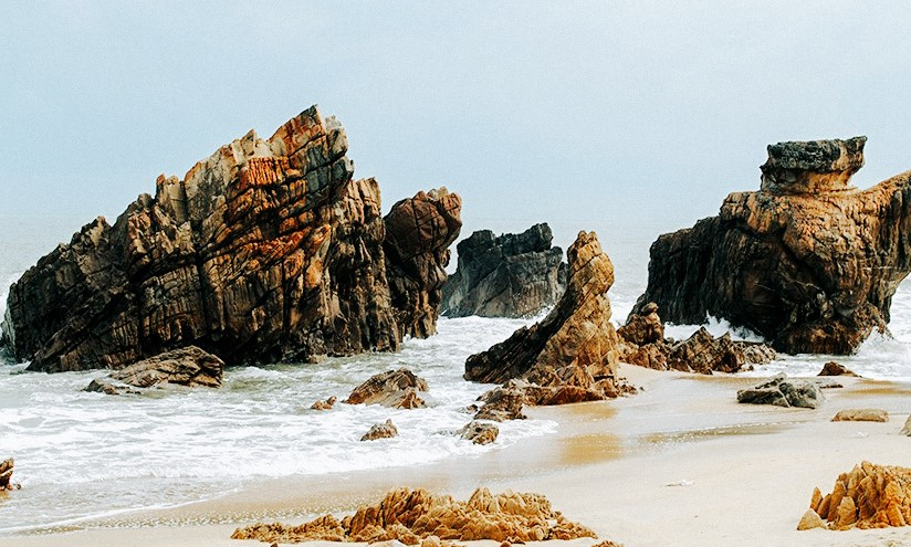 Da Nhay Beach in Quang Binh Province amazes travelers with strange-looking stones. Photo: Nguyen Huong / Tuoi Tre