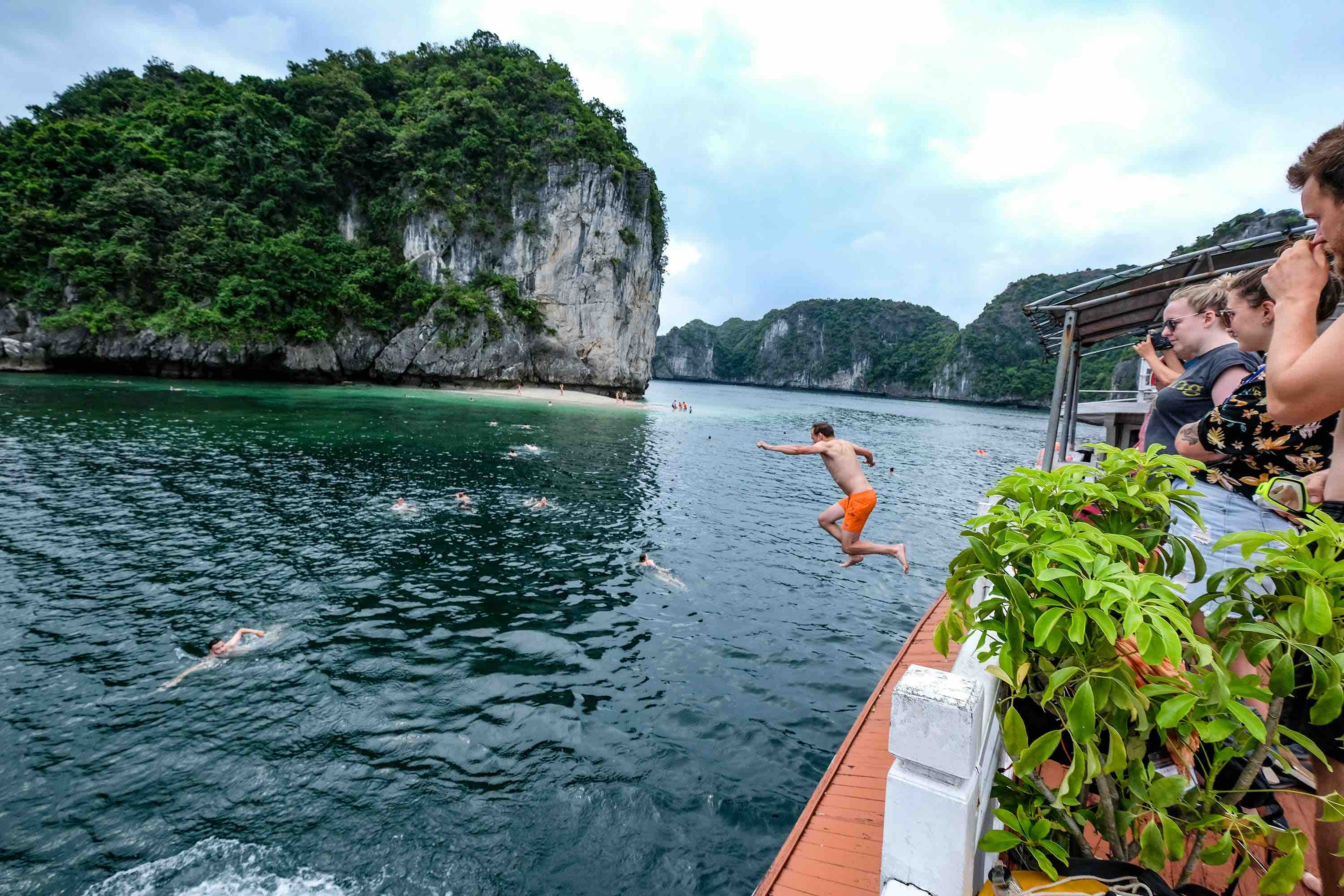 A tourist jumps into the water at Lan Ha Bay, Cat Hai District, Hai Phong City. Photo: Nam Tran / Tuoi Tre