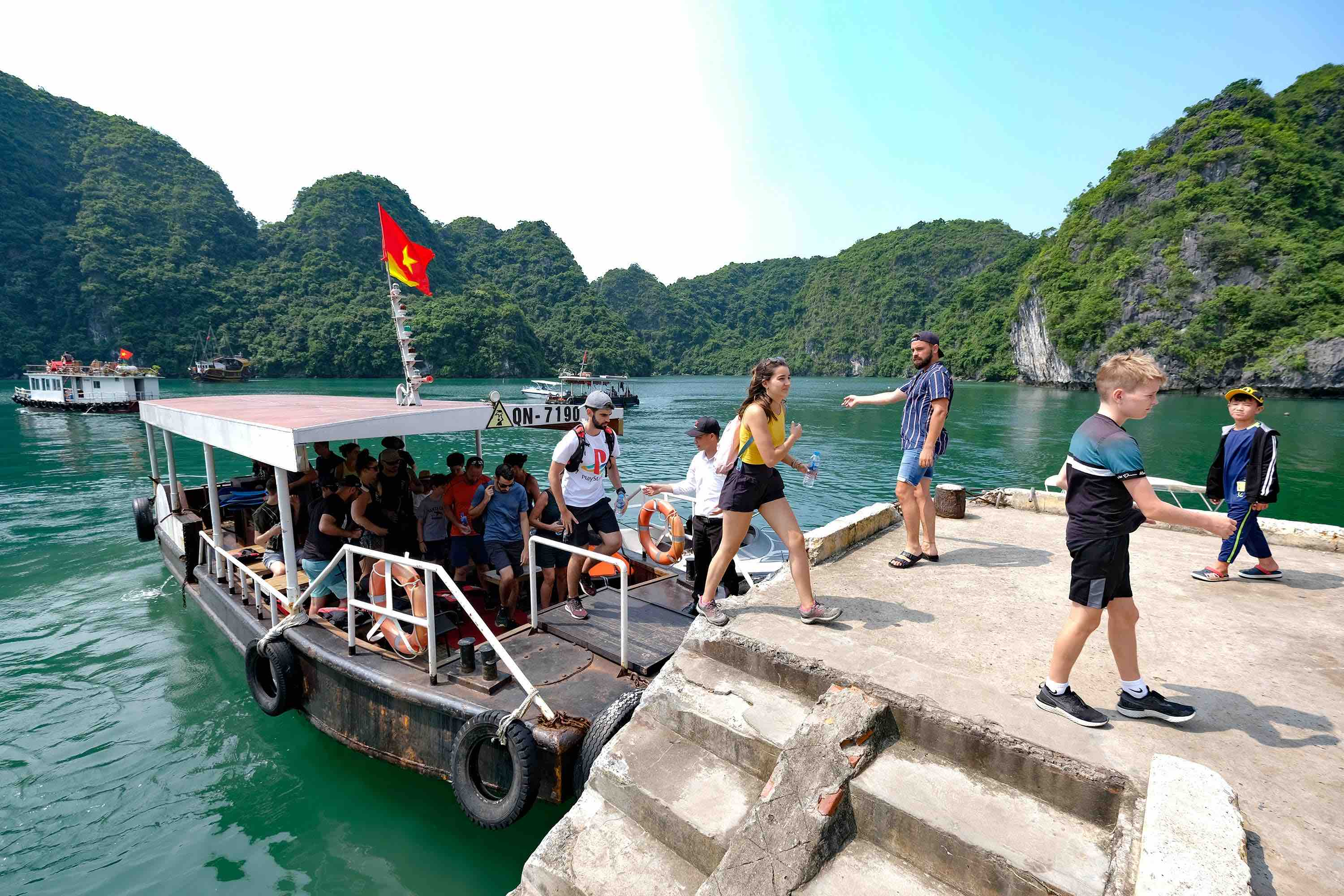 In the photo, tourists travel to Lan Ha Bay by speedboat. Photo: Nam Tran / Tuoi Tre