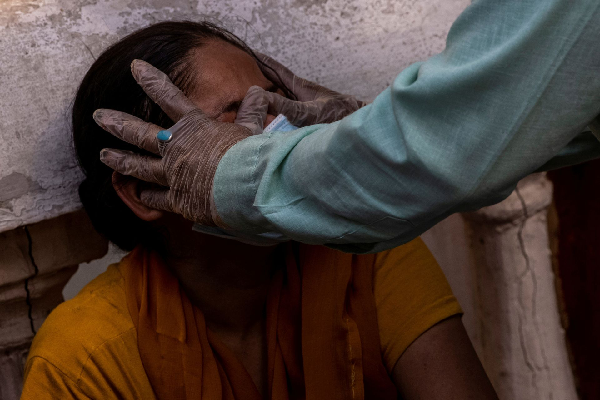 A woman is consoled after her mother died due to the coronavirus disease (COVID-19) at a crematorium ground in New Delhi, India, April 28, 2021. Photo: Reuters