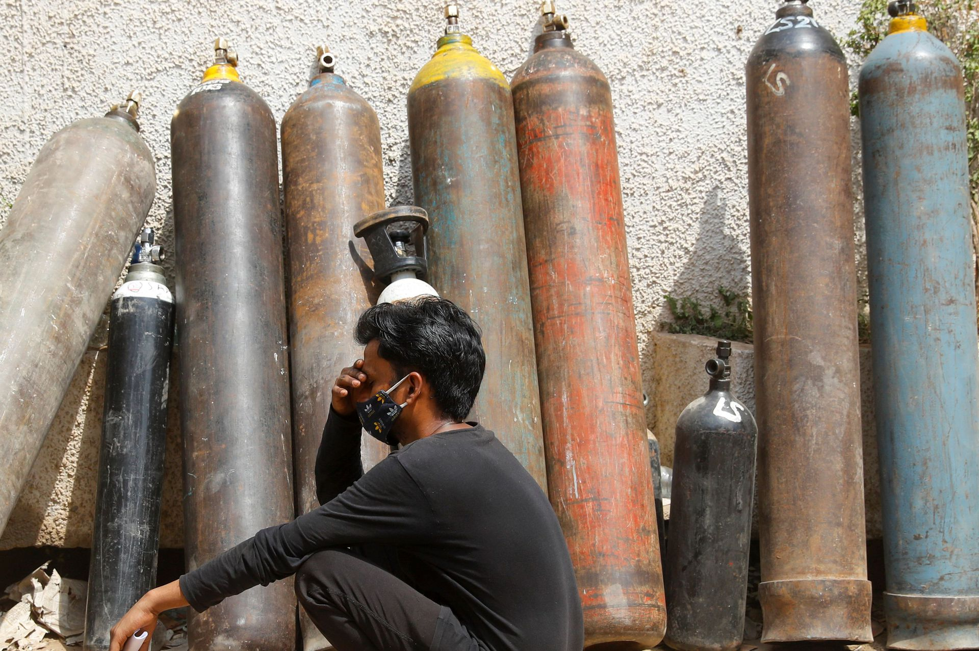 A man waits outside a factory to get his oxygen cylinder refilled, amidst the spread of the coronavirus disease (COVID-19) in New Delhi, India, April 28, 2021. Photo: Reuters