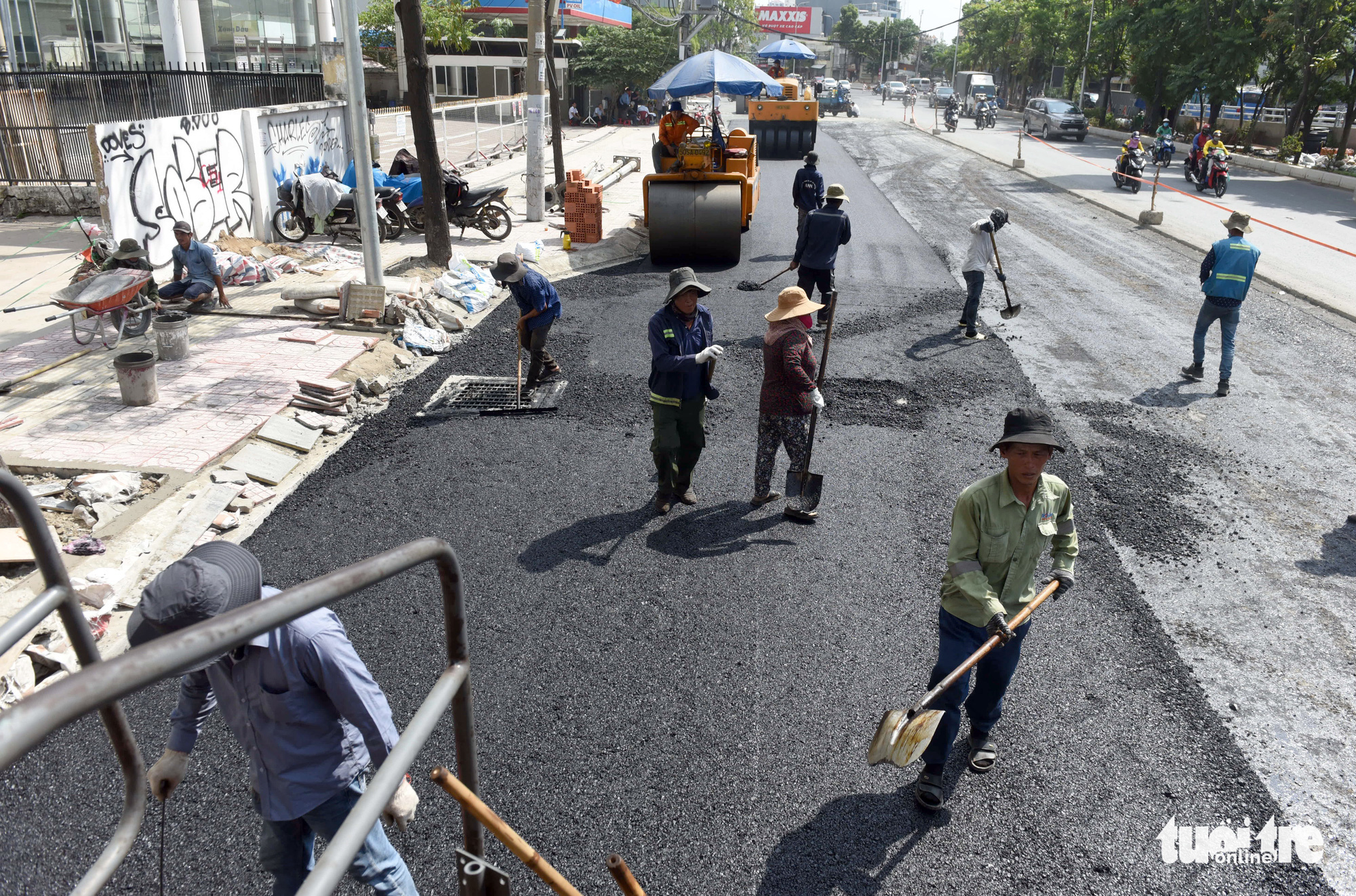 Construction workers work at the upgrade project of Nguyen Huu Canh Street in Binh Thanh District, Ho Chi Minh City, April 28, 2021. Photo: Le Phan / Tuoi Tre