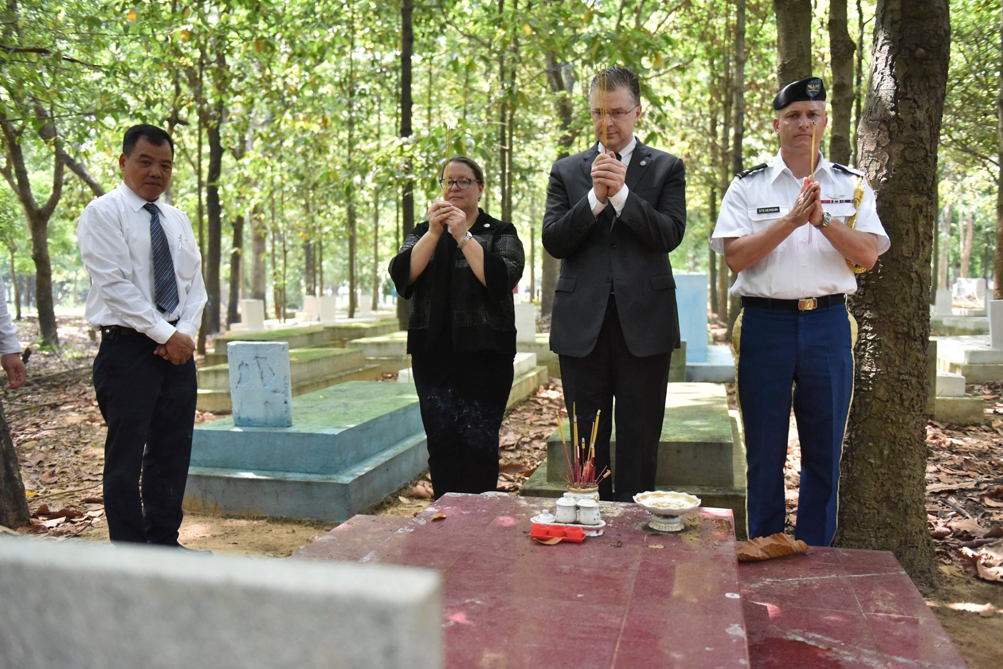 Marie Damour, Ambassador Daniel Kritenbrink, and U.S. Defense Attache Colonel Stevenson pay respects at Bien Hoa (also known as Binh An) Cemetery on June 21, 2020. Photo: US Consulate in Ho Chi Minh City