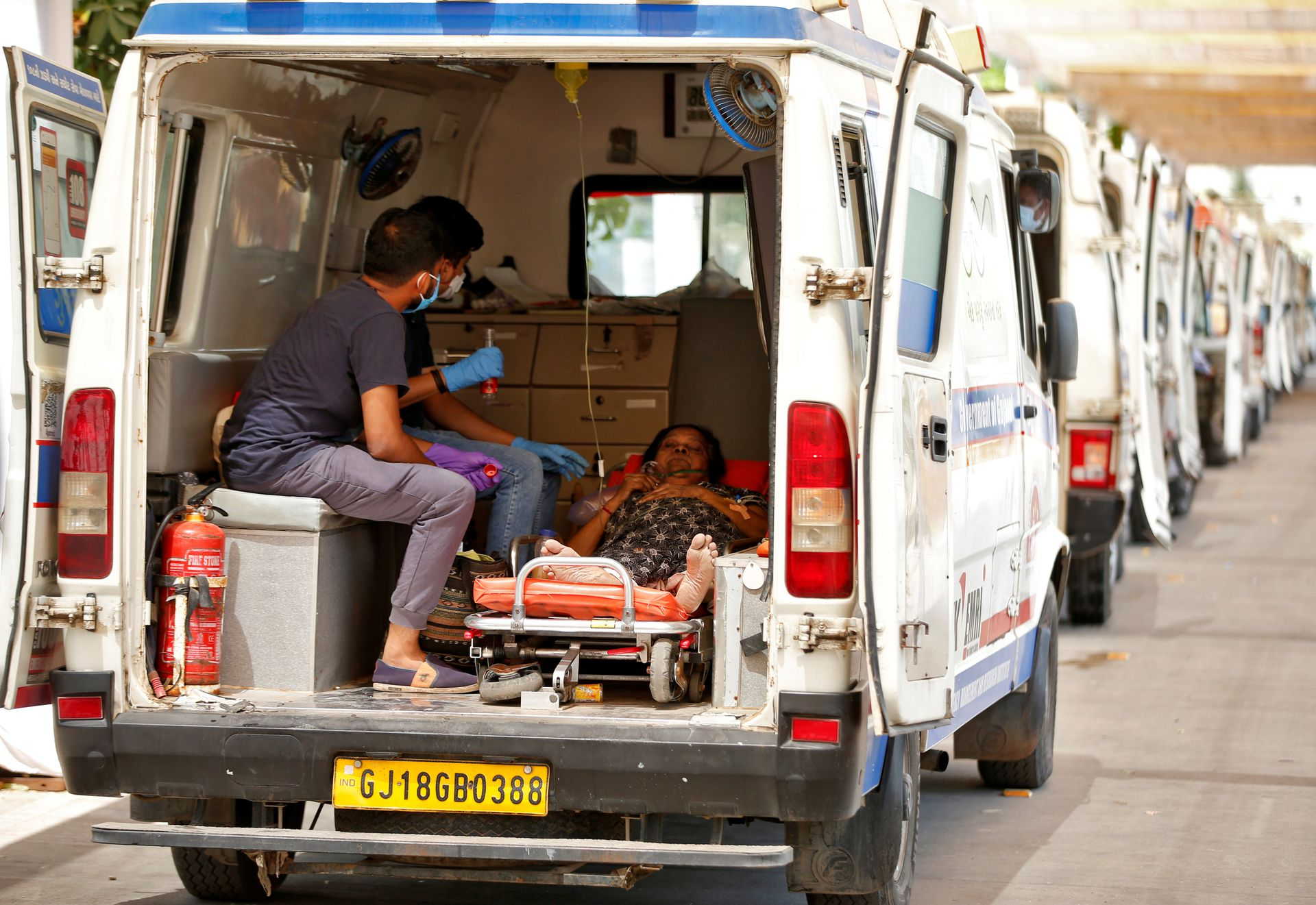 A woman with breathing problem waits inside an ambulance for her turn to enter a COVID-19 hospital for treatment, amidst the spread of the coronavirus disease (COVID-19) in Ahmedabad, India, April 28, 2021. Photo: Reuters