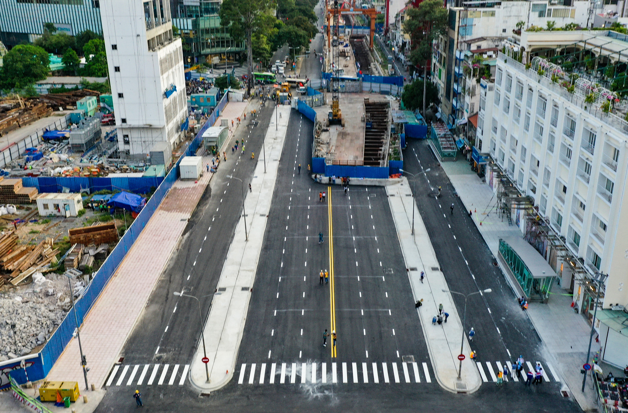 Construction barriers are removed from Le Loi Street in District 1, Ho Chi Minh City, April 28, 2021. Photo: Quang Dinh / Tuoi Tre