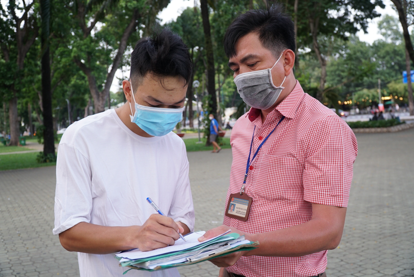 A man is booked for failure to wear a face mask while exercising at Gia Dinh Park in Phu Nhuan District, Ho Chi Minh City, April 28, 2021. Photo: D.T. / Tuoi Tre