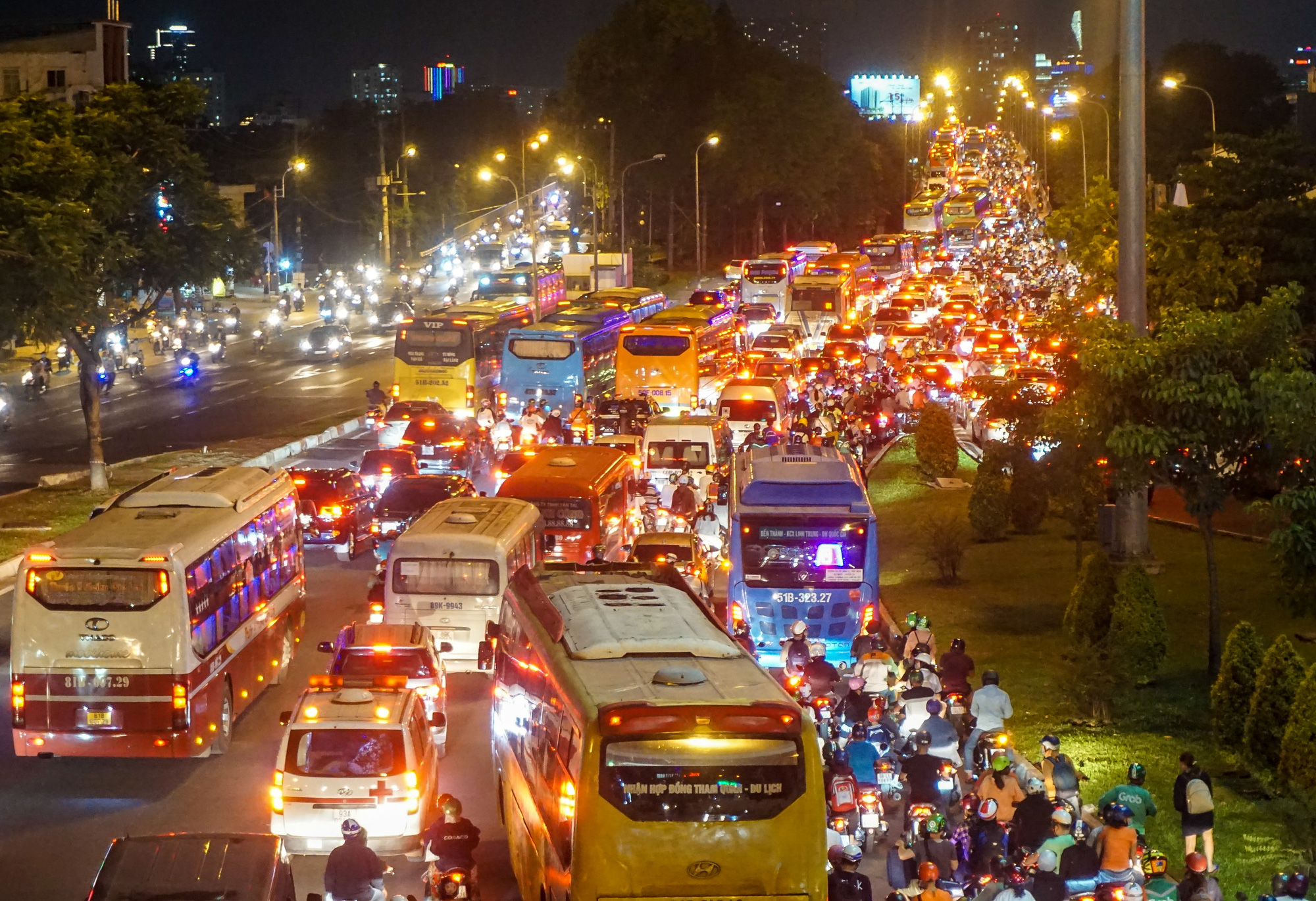 Motorbikes, automobiles, and long-haul buses travel at a snail's pace at Binh Trieu Bridge in Binh Thanh District Ho Chi Minh City, April 29, 2021. Photo: Chau Tuan / Tuoi Tre