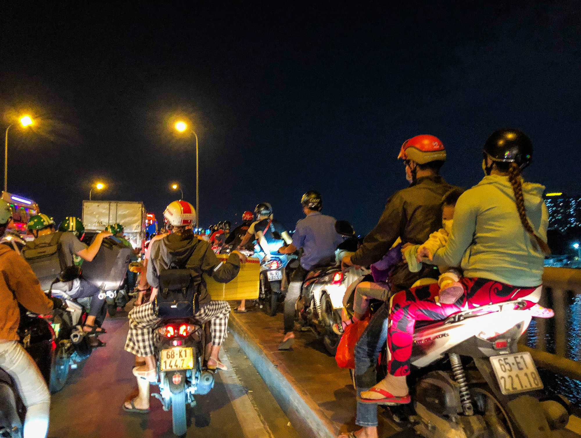 Motorcyclists travel on the sidewalk of Binh Trieu Bridge due to serious traffic congestion on April 29, 2021. Photo: Chau Tuan / Tuoi Tre