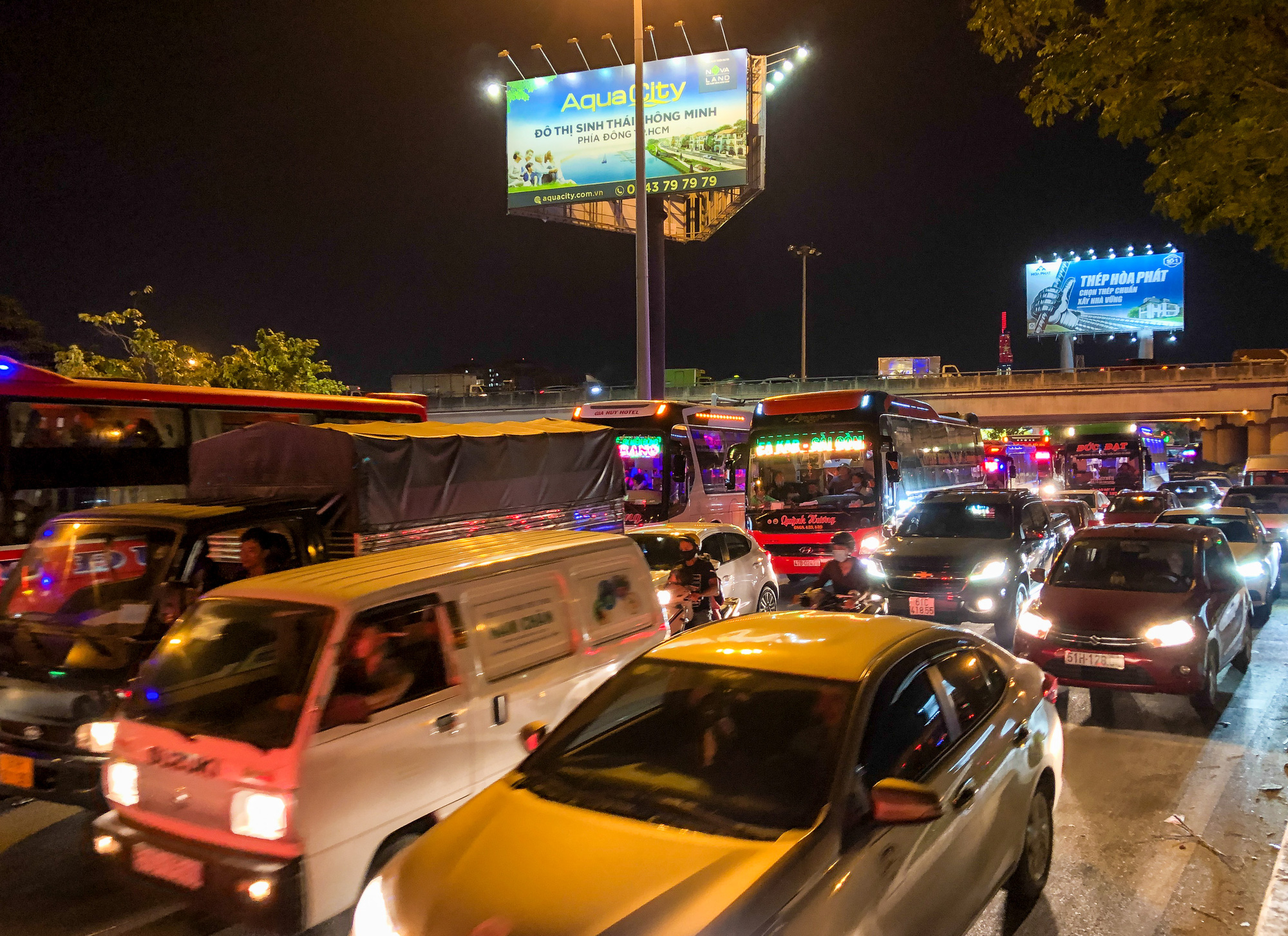 Commuters are stuck in a traffic jam in Binh Thanh District Ho Chi Minh City, April 29, 2021. Photo: Chau Tuan / Tuoi Tre