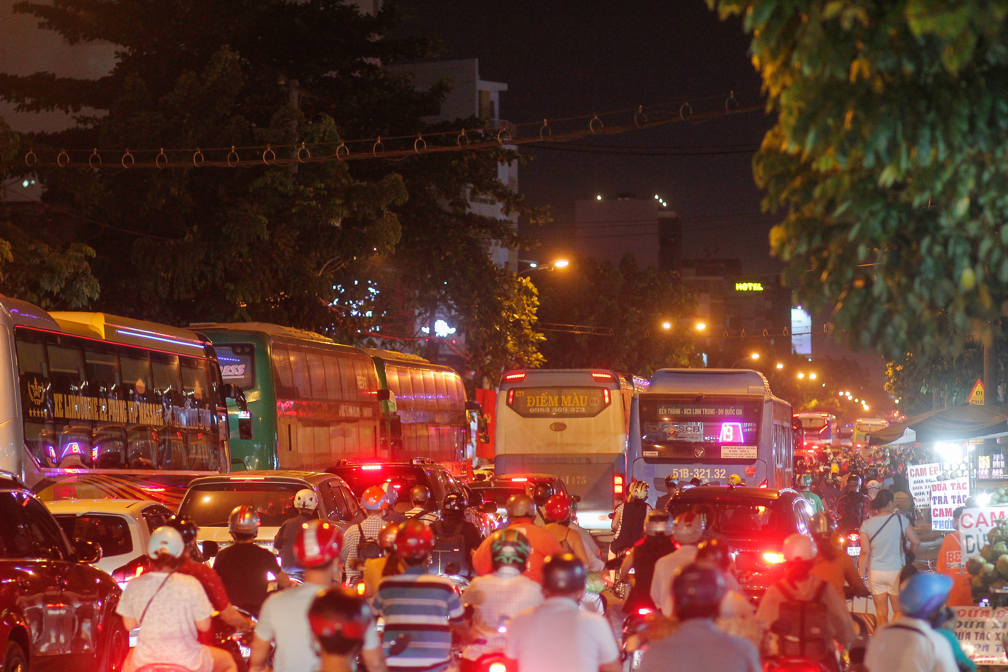 Traffic congestion on National Highway No.13 in Thu Duc City, Ho Chi Minh City, April 29, 2021. Photo: Chau Tuan / Tuoi Tre