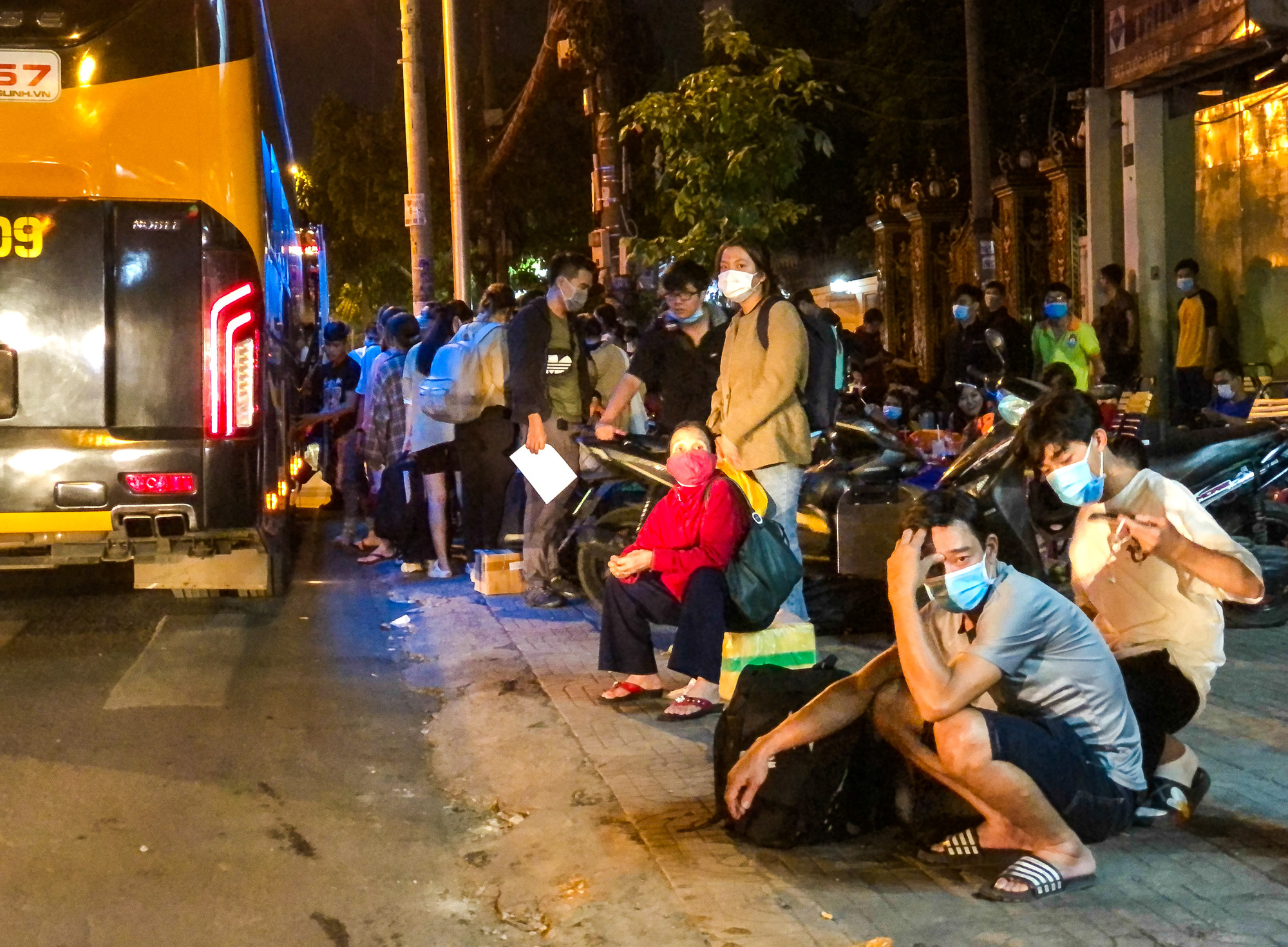 Travelers wait for their long-haul buses in front of the Mien Dong (Eastern) Bus Station in Binh Thanh District, Ho Chi Minh City, April 29, 2021. Photo: Chau Tuan / Tuoi Tre