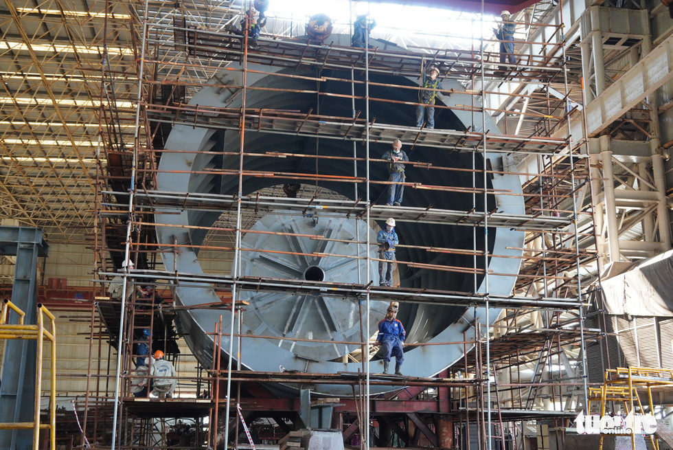 The 22-ton cargo offloading hose reel system is fabricated at a factory of the Dung Quat Shipyard. Photo: Hoai Anh / Tuoi Tre