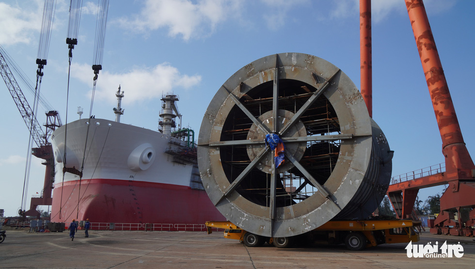 The cargo offloading hose reel system is moved out of the factory for installation on board the vessel Galilean 7. Photo: Hoai Anh / Tuoi Tre