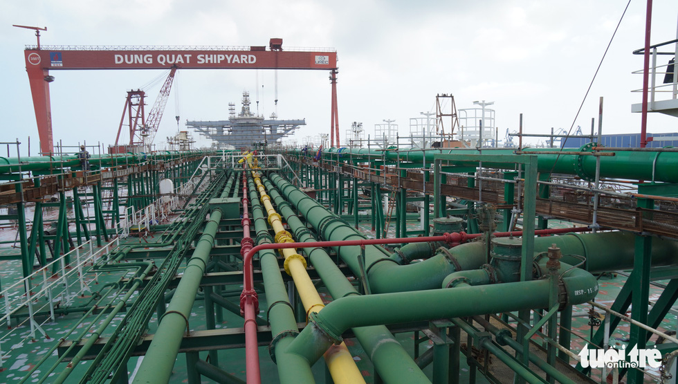 The oil pipeline system on the deck is a new piece of work requested by the ship owner. These pipes are imported from abroad and installed on board by Vietnamese workers. Photo: Hoai Anh / Tuoi Tre