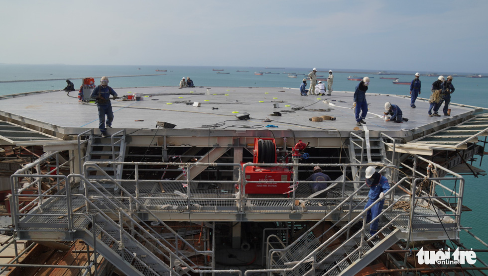Vietnamese workers install and complete the helipad on Galilean 7. This helipad is imported from Dubai (United Arab Emirates). Photo: Hoai Anh / Tuoi Tre